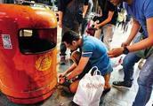 """香港街头天降""""钻石雨""""引哄抢 实为廉价苏联石"""