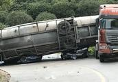 惠东车祸9死2伤,两路过小车被水泥槽罐车压扁