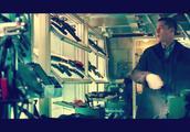 安吉丽娜·朱莉和皮特各自拥有军火库,朱莉的在橱柜里智能操控
