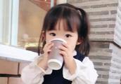 1岁女孩凭日常穿搭走红,靠发量在凹造型,又想骗人生女儿?