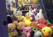 杭州一男子抓娃娃70多次均未成功 交涉后获赠恐龙玩具