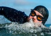 英国男子游泳5个月不上岸是怎么回事