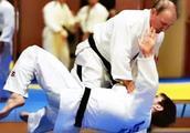 66岁普京与柔道冠军切磋 一招就把对方撂倒