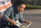 马伊琍扎马尾穿喇叭裤新剧造型真接地气,蹬三轮车拍戏演啥像啥