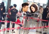 奚梦瑶何猷君香港机场隔着口罩吻别,何猷君垫脚索吻的样子超可爱
