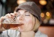 """辟谣:冬季喝酒不能御寒,暖和只是""""假象"""",加速热量散失才是真"""