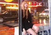 Lisa晒旅行美照,纽约夜晚中的金发芭比黑色连衣裙,腿长的犯规!