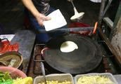 实拍小摊煎饼果子制作过程,从面糊到面饼,7个步骤