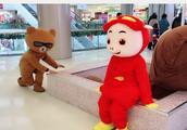 社会小熊和猪猪侠抢位置,结果不小心摔跤了