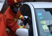 粗心妈妈将2岁女儿和车钥匙一并留车内 消防一分钟让母女团聚