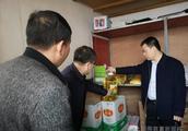 新田:教育局长突击检查学校食堂食品安全工作