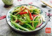 一把芹菜,一个洋葱,不用上锅炒,爽口解腻,减肥人士的首选