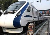 印度高铁又出事了,一路上撞了摩托又撞牛