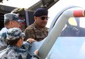 巴基斯坦将军坐上歼10C体验了一把 表情若有所思