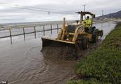 """火灾后又遇暴雨:美国加州爆发泥石流 飞机""""打滑""""、马路变河道"""