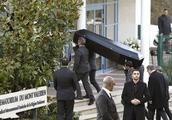 """""""老佛爷""""葬礼在巴黎举行,很多大咖送行时,葬礼上出现这个人!"""