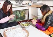 农村媳妇和婆婆比赛包饺子,两个人包的风格不一样,你喜欢谁的?