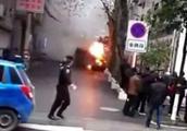 遵义一无人驾驶面包车自燃 眼见就要冲进人群