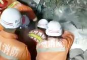 泸州叙永县山体滑坡 首位获救者被抬出时 消防高呼:出来了出来了