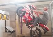 被骗了好久,原来摩托车翘头是这样练的!