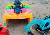趣味积木玩具:搭建彩色小车库,小飞机停放