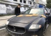 玛莎拉蒂剩空壳,车窗被砸喇叭被偷,车主还接到过奇怪电话
