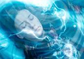 美女救了外星人一命,外星人竟以长生不死作为回报,实在太爽了