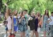 中国俄罗斯美女泛滥的小城,大量女孩过来谋生,夜晚开始工作