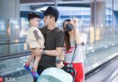 李茂一家三口接父母回家,儿子暖暖可爱乖巧你觉得更像谁呢?