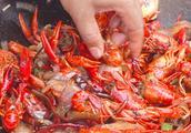 水煮小龙虾的做法 夜宵必备的水煮小龙虾怎样做