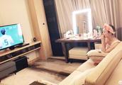 景甜深夜在沙发上看世界杯,网友:这是张继科拍的吧!