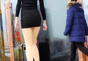 街拍:包臀裙搭配丝袜还是光腿好看,一目了然