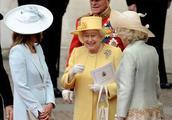 英国女王更喜欢哪个儿媳妇,戴安娜王妃还是卡米拉?老照片见玄机