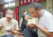 为啥武汉人爱吃热干面,热干面的发明者说,因为料好