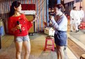 香港街头歌手小红联手莉莉九龙庙街合唱《偷偷摸摸》萌萌哒好可爱