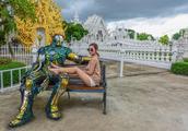 10亿泰铢建的泰国白庙成网红景点,可女游客拍照能别穿这么短吗?