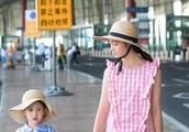 黄磊、孙莉两女儿亮相时装周,多多变身小淑女,妹妹表情颇有意味