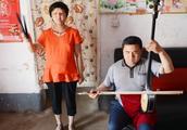 河南盲人夫妻郑玉荣和冯国营在家练习坠子书,唱李自成小时候放羊