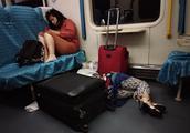 夜班火车旅客睡觉东倒西歪,能把硬座当成卧铺也算幸运