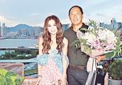 温碧霞预祝52岁生日 冻龄美貌秀香肩惹老公送吻