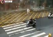 女子骑电动车时钱包不慎丢失,警方一小时找回
