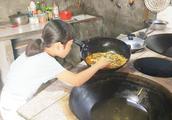 小伙做了一锅四川特色的太安鱼,太香了,9岁的妹妹忍不住来偷吃