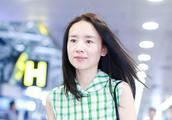 董洁现身北京机场,几乎素颜是对自己皮肤绝对自信的表现