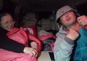 开了一整天的车实在太累了,直接在海拔4900米的无人区露营睡车里