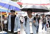 """风雨中,贵州大学迎来首批""""00后""""新生"""