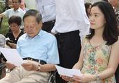 96岁杨振宁和42岁妻子翁帆近照,相守14年后,如今翁帆很无奈