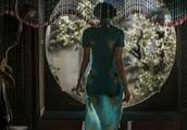 林志玲穿旗袍倒在桌子的一瞬间,被无数网友急摁截屏!
