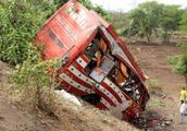 印控克什米尔地区客车坠谷已造成20人死亡
