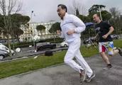 外交部长王毅周末登北京阳台山被跑友偶遇,告诫年轻人要多运动