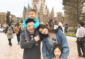 李小鹏一家四口游日本 妻子李安琪与奥莉一起卖萌超可爱